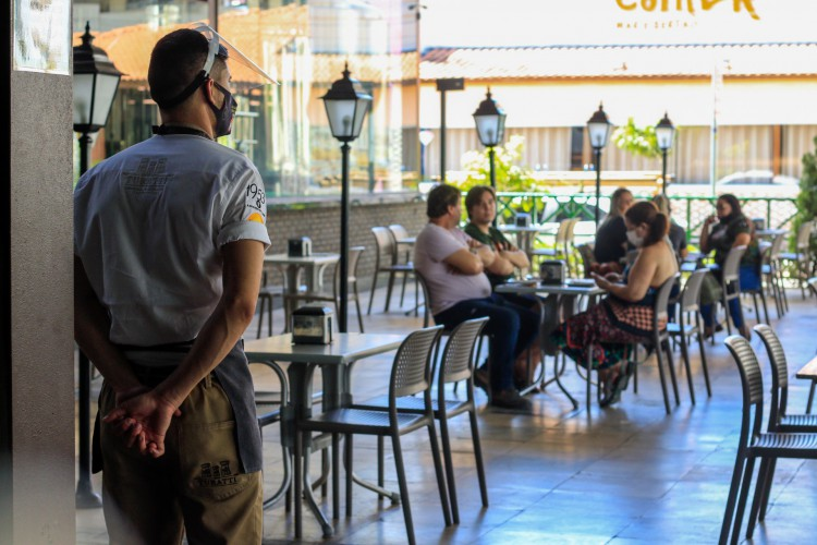 Distanciamento, uso correto de máscara e higiene das mãos são medidas necessárias tanto em locais públicos quando em casa. (Foto: BÁRBARA MOIRA)