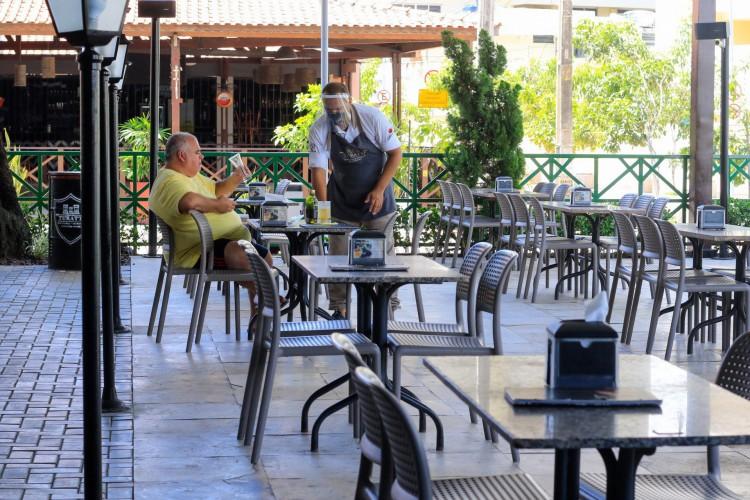 Segmentos como o de restaurantes estão entre os que acumularam maior queda no volume de serviços no Ceará em fevereiro (Foto: BÁRBARA MOIRA)