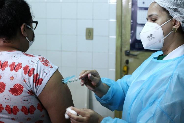 FORTALEZA,CE, BRASIL, 12.04.2021: Início da vacinação contra a gripe influenza, posto de saúde da escola de saúde no Meireles.  (Fotos: Fabio Lima/O POVO). (Foto: FABIO LIMA)