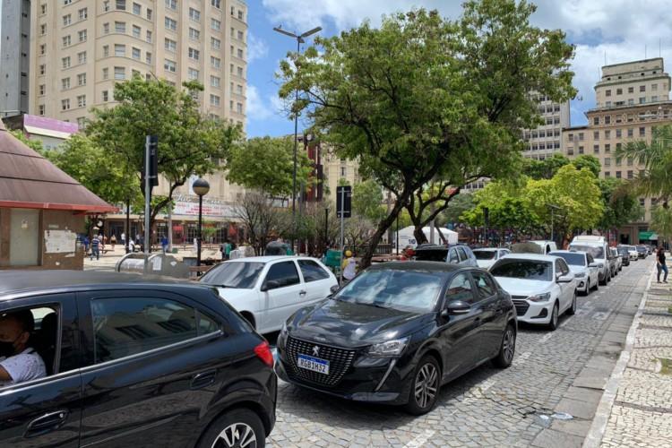 Ruas do Centro de Fortaleza congestionadas no primeiro dia de reabertura do comércio após lockdown. (Foto: Gabriel Borges/ O POVO)
