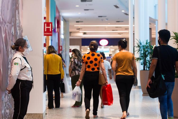 Retorno às atividades comerciais no Shopping Parangaba (Foto: FERNANDA BARROS/ESPECIAL PARA O POVO)