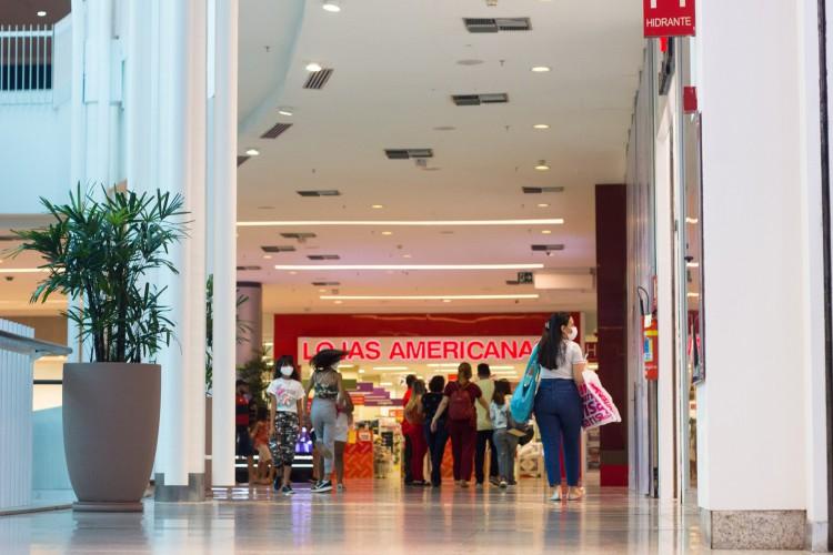 Na semana, o comércio tem funcionado de 12h às 18 horas nos shoppings. (Foto: FERNANDA BARROS/ESPECIAL PARA O POVO)
