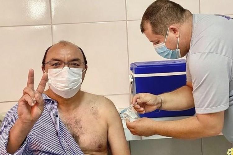 """Alvo de ação no MPF por """"furar fila"""" da vacinação, prefeito de Guaraciaba do Norte, Adail Machado, foi imunizado contra a covid-19 ainda no início de fevereiro (Foto: Divulgação)"""
