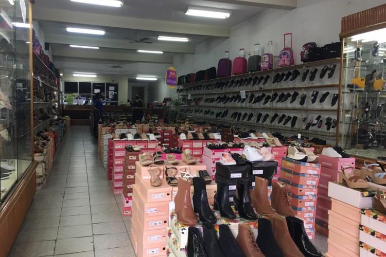 Lojas do centro comercial de Juazeiro do Norte tiveram baixa movimentação de clientes nesta segunda-feira, 12 (Foto: Luciano Cesário)