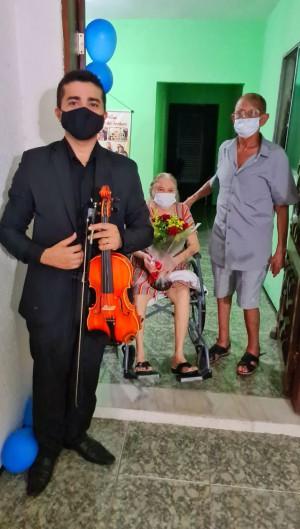 O violinista Laio Cosmo realiza apresentações nos hospitais de Fortaleza (Foto: Arquivo Pessoal)