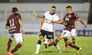 Meia Luan disputa bola no jogo Ferroviária x Corinthians, na Fonte Luminosa, em Araraquara, pelo Campeonato Paulista
