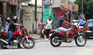 FORTALEZA,CE, BRASIL, 13.04.2021: Pessoas circulam sem máscara pelas ruas do bairro Mondubim, onde se concentra o maior número de mortes e casos de Covid em Fortaleza.. (Fotos: Fabio Lima/O POVO).
