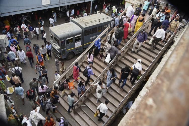 Pessoas se aglomeram em uma estação ferroviária em Mumbai em 12 de abril de 2021 (Foto: Sujit Jaiswal / AFP)