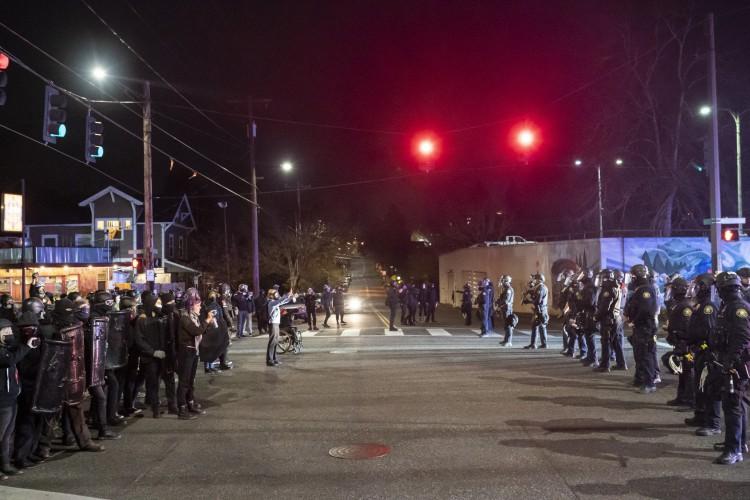 manifestantes enfrentam policiais durante um protesto contra o assassinato policial de Daunte Wright em 12 de abril de 2021 em Portland, Oregon (Foto: Getty Images via AFP)