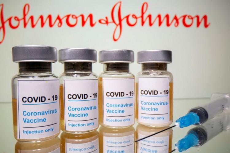 Frascos rotulados como de vacina contra Covid-19 em frente ao logo da Johnson & Johnson em foto de ilustração.31/10/2020 REUTERS/Dado Ruvic (Foto: )