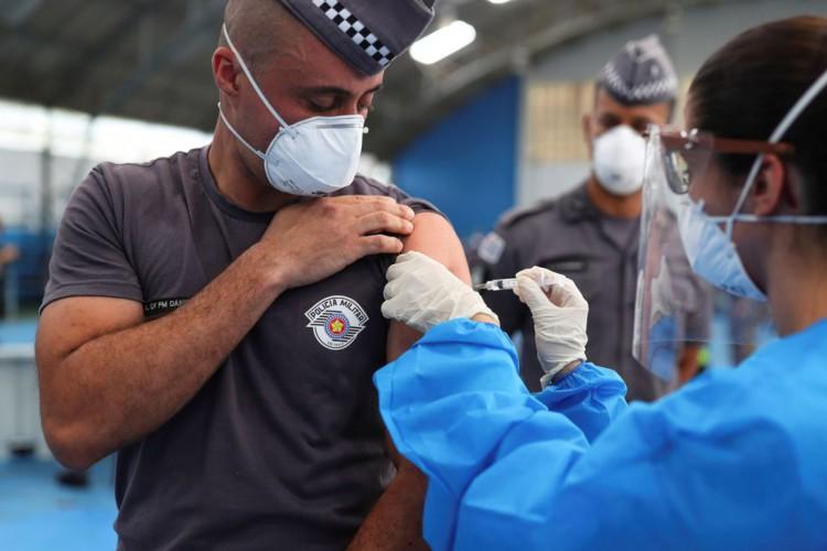 Covid-19: Brasil tem 358,4 mil mortes e 13,59 milhões de casos (Foto: )