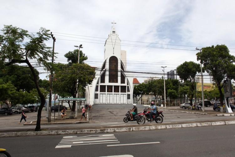 13 de abril no Santuário de Nossa Senhora de Fátima em Fortaleza com pouca movimentação  (Foto: FABIO LIMA)