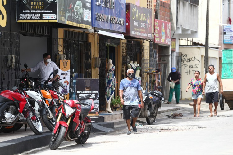 Movimentação nesta terça em ruas do Mondubim, com algumas pessoas sem máscara (Foto: FABIO LIMA)