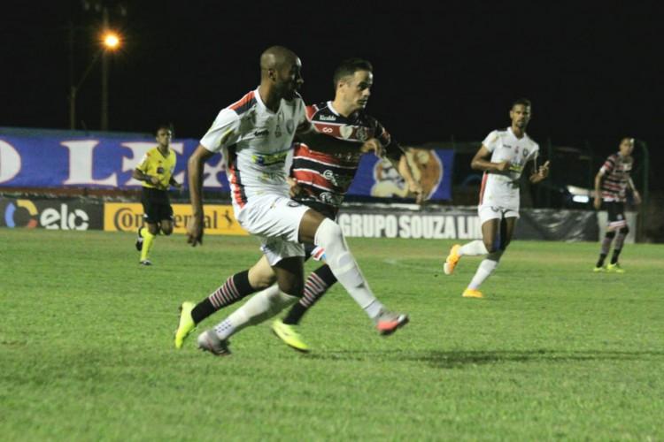 Jogadores disputam a bola no jogo Cianorte x Santa Cruz, no estádio Albino Turbay, pela Copa do Brasil (Foto: ASCOM / SantaCruz)