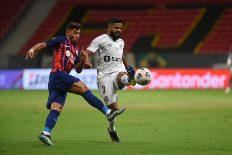 Lateral Felipe Jonatan disputa bola no jogo Santos x San Lorenzo, no estádio Mané Garrincha, em Brasília, pela Copa Libertadores (Foto: Divulgação/Santos FC)
