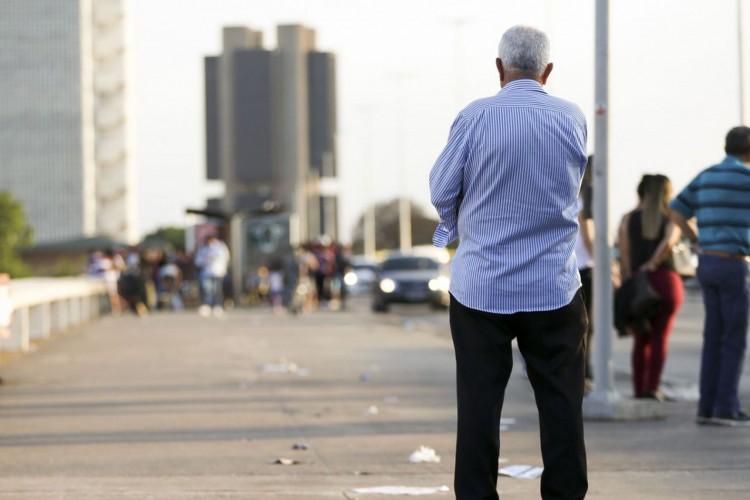 Idosos na região central de Brasília. (Foto: Marcelo Camargo/Agência Brasil)