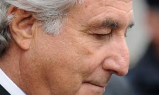 Nesta foto de arquivo, o financista desonrado de Wall Street Bernard Madoff deixa o Tribunal Federal dos Estados Unidos após uma audiência em 10 de março de 2009 em Nova York