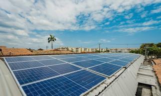 FORTALEZA - CE, BRASIL, 01-10-2020: O empresário Daniel Araújo, 34,  da empresa DANETO investiu R$ 90 mil reais em painéis solares para reduzir os custos na crise.  (Foto: Júlio Caesar / O Povo)