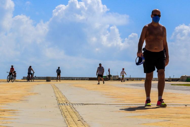 Calçadão da Beira Mar segue sendo frequentado, apesar da proibição estabelecida no decreto governamental sobre o isolamento social rígido ( BARBARA MOIRA/ O POVO) (Foto: Barbara Moira)