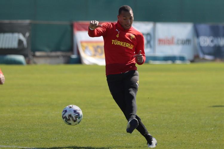 Zagueiro Titi chuta a bola em treino do Göztepe, da Turquia (Foto: Divulgação/Göztepe Spor Kulübü)
