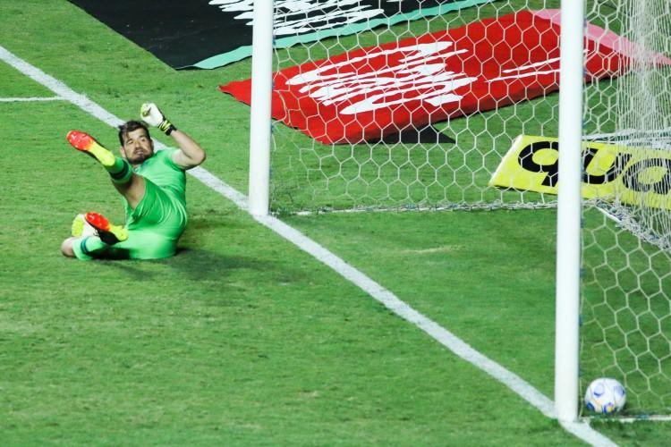No lance capital da partida, a bola quicou dentro do gol e saiu, mas a arbitragem ignorou o gol legítimo do Ferroviário (Foto: FERNANDO MORENO/AE)