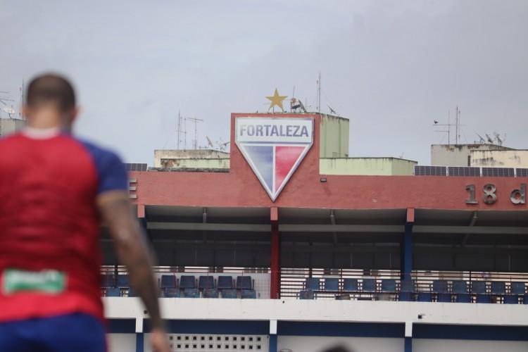 Escudo do Fortaleza Esporte Clube na fachada interna do Centro de Excelência Alcides Santos, no Pici (Foto: Leonardo Moreira / Fortaleza EC)