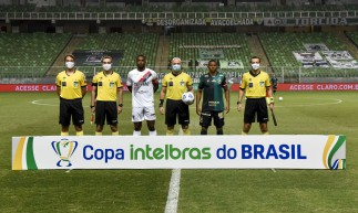 Quarteto de arbitragem e capitães dos times perfilados antes do jogo América-MG x Ferroviário, na Arena Independência, pela Copa do Brasil 2021
