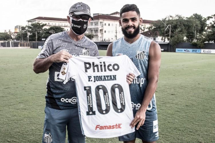 Técnico Ariel Holan entrega camisa comemorativa pelos 100 jogos ao lateral-esquerdo Felipe Jonatan, do Santos (Foto: Divulgação/Santos FC)