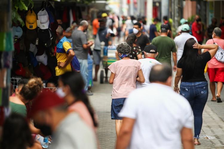 FORTALEZA,CE, BRASIL, 15.04.2021: Movimentação no comércio na primeira semana da retomada pós lockdown.  centro de Fortaleza (Foto: Fabio Lima)