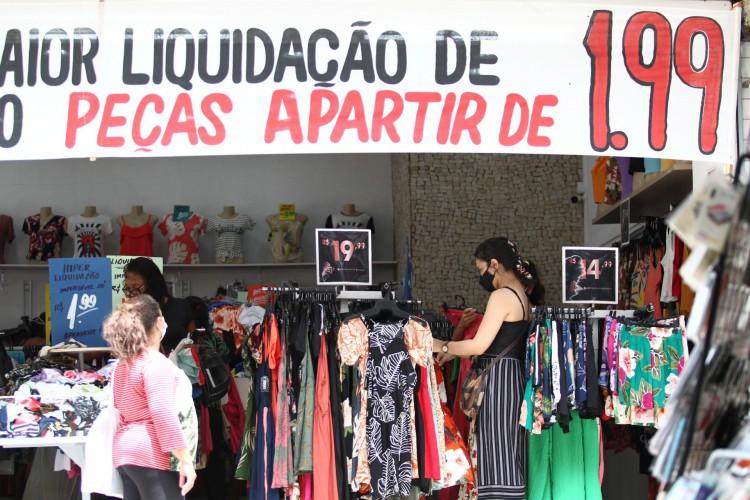 A partir de segunda-feira, 26, comércio de rua e shoppings poderão ampliar sua capacidade de atendimento em loja para 40%. Funcionamento nos fins de semana permanece proibido. (Foto: Fabio Lima)