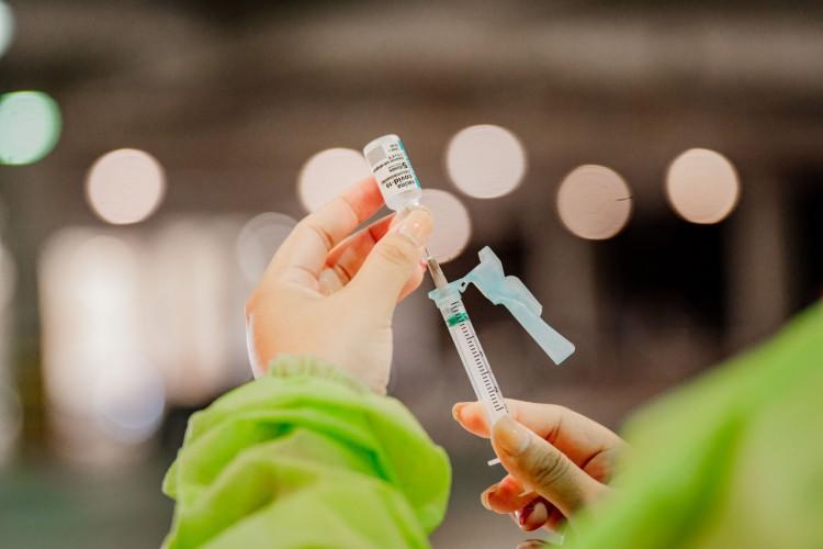 No Ceará, população segue recebendo doses de três vacinas: CoronaVac/Instituto Butantan, Oxford/Astrazeneca e Pfizer/BioNTech (Foto: JULIO CAESAR)