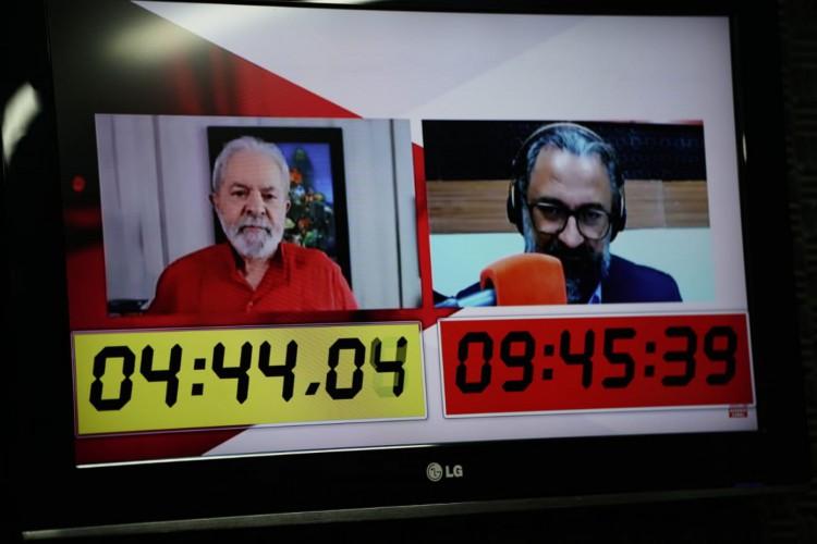 O ex-presidente Lula concedeu entrevista à rádio O POVO CBN, durante o programa O POVO no Rádio, apresentado pelo jornalista Jocélio Leal  (Foto: JULIO CAESAR )