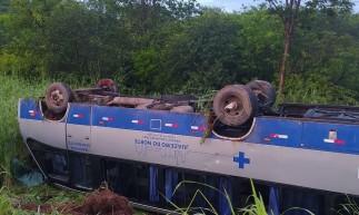 Micro-ônibus da Secretaria da Saúde de Juazeiro capota no município Farias Brito. O veículo transportava pacientes de Juazeiro que estavam em Fortaleza para tratamento de saúde.