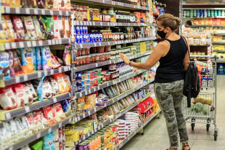 """Além da inflação, aumento na tarifa de energia elétrica e elevação do preço dos combustíveis irão gerar aumento nos itens de supermercado """"nos próximos meses"""" (Foto: BARBARA MOIRA)"""