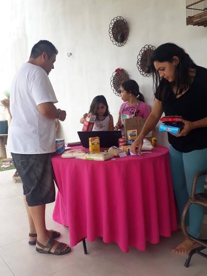 Atividade do mercado da professora Cicera Oliveira envolveu toda a família (Foto: Arquivo pessoal/ Cicera Oliveira)