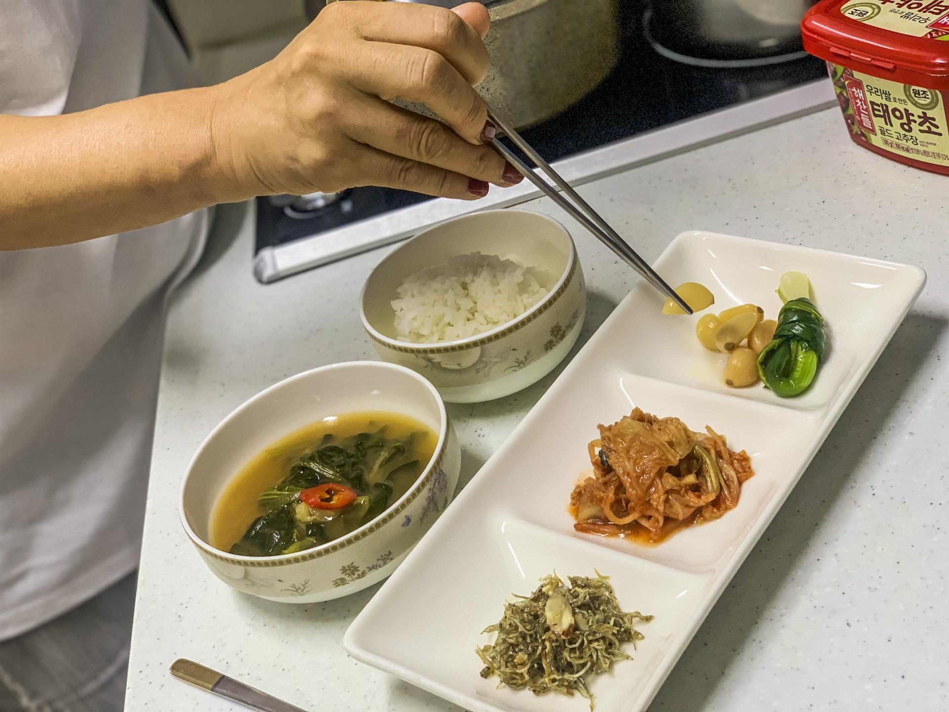 (Foto: Thais Mesquita)Meejeon jee prepara prato coreano