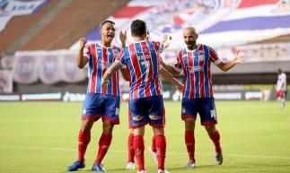 Jogadores do Bahia comemoram gol na goleada sobre o CRB, em Pituaçu, em Salvador, pela Copa do Nordeste