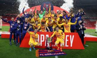 Jogadores do Barcelona com a taça comemoram título da Copa do Rei 2020/2021