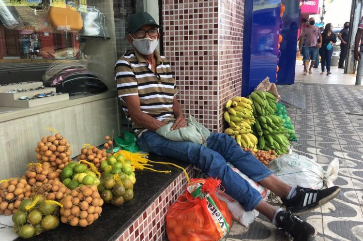 Ambulante Francisco Vicente, 65, foi à rua São Pedro vender frutas em dia de lockdown