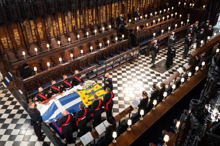 A rainha Elizabeth II da Grã-Bretanha observa a chegada do caixão durante o funeral do príncipe Philip da Grã-Bretanha, duque de Edimburgo, dentro da Capela de St George no Castelo de Windsor em Windsor, a oeste de Londres. Philip, que era casado com a rainha Elizabeth II por 73 anos, morreu em 9 de abril com 99 anos, poucas semanas após uma internação de um mês no hospital para tratamento de um problema cardíaco e uma infecção (Foto: Dominic Lipinski / AFP)