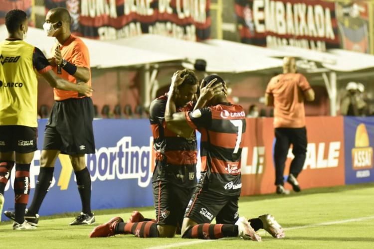 Jogadores comemoram gol no jogo Vitória x Altos, no estádio Barradão, em Salvador, pela Copa do Nordeste (Foto: Pietro Carpi/ECV)