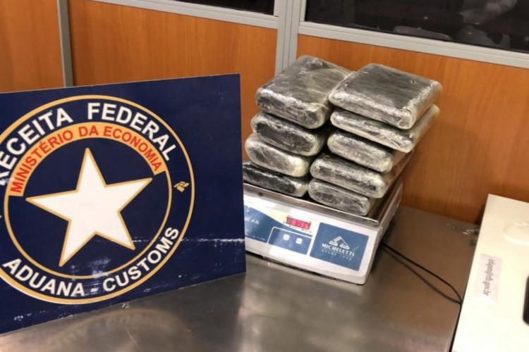 Pacotes com 17kg de skunk foram encontrados nas bagagens de dois passageiros após inspeção da Receita Federal (Foto: Arquivo/Receita Federal)