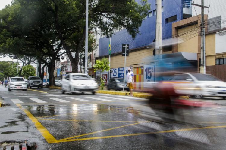 FORTALEZA, CE, BRASIL, 17.04.2021: Centro na manha desse sábado, apresenta movimento moderado apesar do lockdown e chuva. Av. Duque de Caixas (Foto: Thais Mesquita/OPOVO) (Foto: Thais Mesquita)