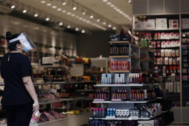.Vendedor com protetor facial e máscara de proteção aguarda clientes no Rio de Janeiro, Brasil, 1º de setembro de 2020. REUTERS / Ricardo Moraes (Foto: REUTERS / Ricardo Moraes)