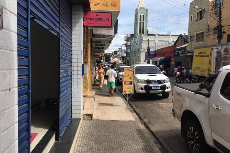 Lojas também funcionaram à meia porta no Centro de Juazeiro do Norte neste sábado, 17 (Foto: Luciano Cesário)