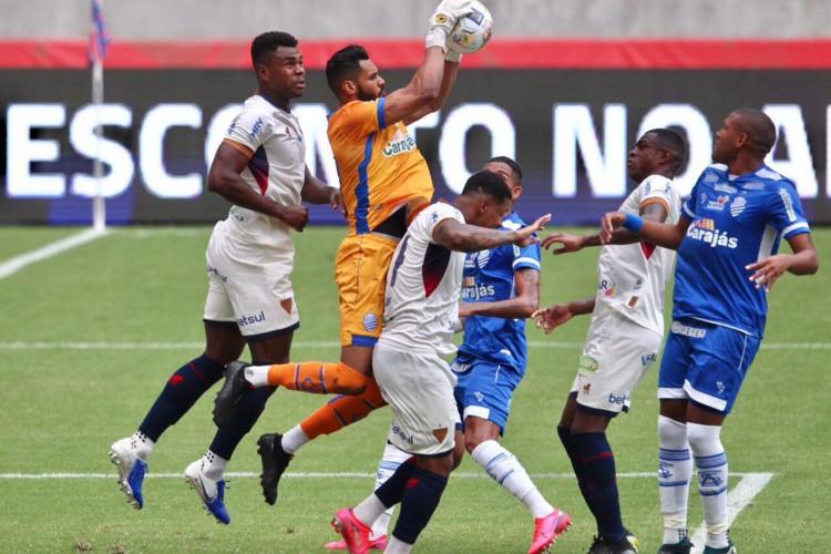 Disputa de bola entre Fortaleza e CSA-AL em jogo válido pelas quartas de final da Copa do Nordeste 2021 no Castelão neste sábado, 17.  (Foto: Fábio Lima/ O POVO)