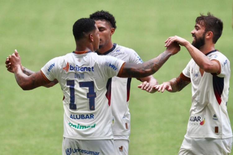 Jogadores do Fortaleza comemoram gol diante do CSA-AL no Castelão em jogo válido  pelas quartas de final da Copa do Nordeste 2021 no Castelão neste sábado, 17.  (Foto: Fábio Lima/ O POVO)