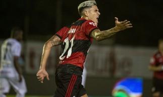 Atacante Pedro comemora gol no jogo Flamengo x Portuguesa-RJ, pelo Campeonato Carioca