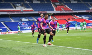Atacante Mbappé comemora gol no jogo PSG x Saint-Étienne, pelo Campeonato Francês