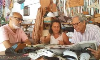 Professor Gilmar de Carvalho em visita ao ateliê do mestre Espedito Seleiro